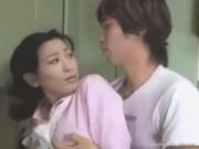 【アダルト動画】むらむらしたムスコに台所でムリヤリ強姦されるモデルなお母ちゃん(無料)