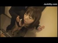 【アダルト動画】スーツ姿の女の子のまんこを思い切り指マンしてガッツリフェラチオさせる☆(無料)