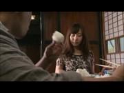 【アダルト動画】結婚した自分の小娘に嫉妬したのか自らのちんぽをナメさせる変態親チチ(無料)