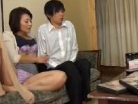 【アダルト動画】おなにーを覗き見していたムスコに変態手コキしオヤコでアダルトビデオ鑑賞する人妻(無料)