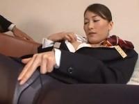 【アダルト動画】男が見ている前で股を開きセイフクのままおなにーしだすスチュワーデス(無料)