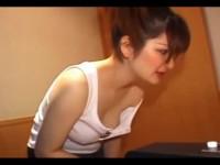 【アダルト動画】お乳をぽろりしながらエアホッケーに夢中にキャミのなるオネエさん。(無料)