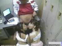 【アダルト動画】萬引きして捕まった二人の女の子が店長のちんこを収録されながらフェラチオ。(無料)