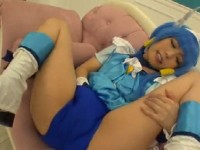 【アダルト動画】ショートパンツをマンスジに食い込ませおなにーする青髪コスプレ小娘(無料)