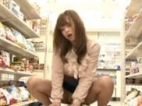 【アダルト動画】(痴ジョ)コンビニ店員にゴム探させて逆強姦するオネエさん 吉沢明歩(無料)