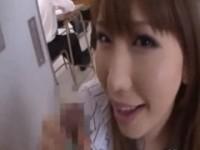 【アダルト動画】お気に入りの生徒達にリモコンピンクローターを設置して廊下で襲う痴女教師 佐山愛(無料)