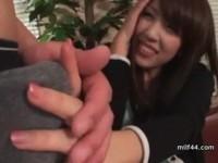 【アダルト動画】ヒトヅマにちんこを触らせるとガチで照れる☆変態手コキとフェラチオさせてみた。(無料)