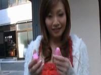 【アダルト動画】リモコンピンクローター装着のお散歩で感じまくり物陰でおなにーするオネエさん(無料)