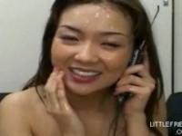 【アダルト動画】母親と電話でトークしながら精子ぶっかけ企画ムービーを収録する西村萌wwwwwwwwwwww(無料)