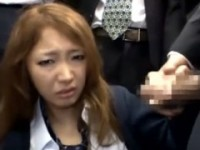 【アダルト動画】満員列車でサラリーマン風の男に囲まれ強制フェラチオさせられるセイフクGAL(無料)