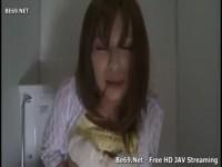 【アダルト動画】細身なヒトヅマが公衆トイレの中で後ろからお乳を揉まれエッチ☆。(無料)