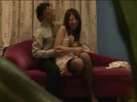 【アダルト動画】カワイくて若いデリバリーヘルス嬢の足を持ってまんこをナメ回して喘がせ満足する男。(無料)
