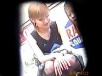 【アダルト動画】(パンチラ)路上座りしてるシロウトGALたちの無防備な下半身を秘密撮影☆(無料)