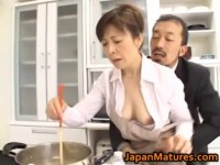 【アダルト動画】料理中の人妻の黒崎ヒトミさんのまんこをいじりまくるハゲたおっさん。(無料)