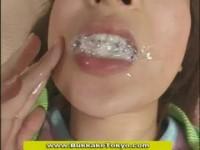 【アダルト動画】笑顔がカワイいオネエさんがざーめんを口元に漏らしながらお掃除フェラチオ。(無料)