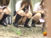 【アダルト動画】(秘密撮影)トイレに間に合わなくて野ションする今時女子校生を秘密撮影。周りに警戒しながら放尿(無料)