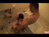 【アダルト動画】おけ毛は生えていないくせに胸はたわわな小娘とお風呂場で生Hする変態親チチ(無料)