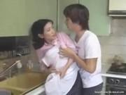 【アダルト動画】キッチンで押し倒されそのままおまんこをくんに陵辱されるお母ちゃん(無料)