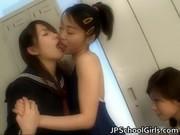 【アダルト動画】水泳部の今時女子校生が部室で3Pレズビアンエッチ☆(無料)