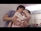 【アダルト動画】キッチンで洗い物をする母に迫りフェラチオを強要する変態ムスコ(無料)