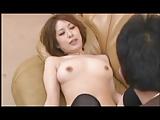 【アダルト動画】お家リビングのソファの上でムスコと淫らに乱れ合うモデルお母ちゃん(無料)