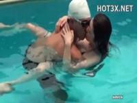 【アダルト動画】プールの中で水泳帽の男に抱きつかれてKISSされたり何度も顔をつけさせられる。(無料)