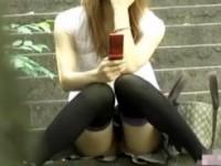 【アダルト動画】(ノーパン隠撮ムービー)彼の命令か…☆?ノーパンで待ち合わせ所に座るまんこ丸見えGALを隠し撮りwwwwww(無料)