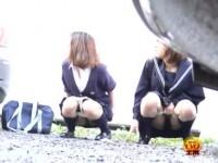 【アダルト動画】セイフク今時女子校生達が外でこっそり放尿するシーンを秘密撮影☆親友と一緒ならと仲良くしゃがんで小便を噴射www(無料)