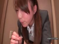 【アダルト動画】キレイなお姉さんさんがスカートを脱いでセイフク姿でガン面騎乗や変態手コキをする☆(無料)
