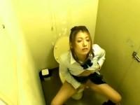 【アダルト動画】( 秘密撮影ムービー )授業サボッてトイレでおなにーするド変態GALのお漏らしおなにー秘密撮影☆☆☆(無料)