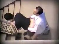 【アダルト動画】( 秘密撮影ムービー )仕事サボッて社内階段でSEXするハゲ上司とモデル部下を秘密撮影した激ヤバ映像☆☆☆(無料)