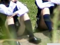 【アダルト動画】(パンチラ隠盗ムービー)河川敷で恋バナする思春期真っ只中の今時女子校生の座りパンチラを隠し撮りwwwwww(無料)