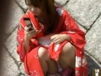 【アダルト動画】(パンチラ隠撮ムービー)慣れない浴衣にパンツ丸見えは事故レベルwwwwwwカワイい浴衣女子の座りパンチラ隠し撮りwwwwww(無料)