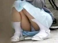 【アダルト動画】(パンチラ隠盗ムービー)少女カワイい新人ナアスが休憩中にマン毛透ける座りパンチラを隠し撮りwwwwww(無料)
