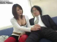 【アダルト動画】隣に座ったリーマンのオチンチンを変態手コキ抜きするオネエさん(無料)