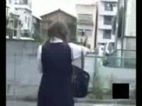 【アダルト動画】セイフク姿の大人しそうな今時女子校生がトイレまで我慢出来ずに外で放尿してたので秘密撮影☆まんこから勢いよく小便が飛び出るwww(無料)