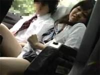【アダルト動画】社会見学BUS車内で隣に座った幼馴染のオチンチンを変態手コキ抜き(無料)