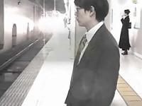 【アダルト動画】(強姦)列車内で大勢の痴ジョ今時女子校生達にサラリーマンがハーレム逆強姦されちゃう(無料)
