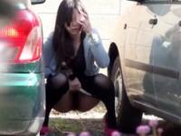 【アダルト動画】(野ション隠撮ムービー)我慢出来ず外駐車場に隠れて尿するシロウトが隠し撮りに気付いた瞬間wwwwww(無料)