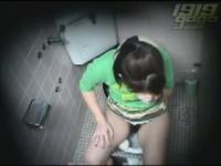 【アダルト動画】生理中の美巨乳モデルがトイレでナプキンを替えるついでにおなにーし始めたwww美巨乳を揉み、テマンでクリを弄る姿を秘密撮影☆(無料)