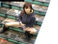 【アダルト動画】( 秘密撮影ムービー )歩道橋の階段で我慢できず尿するシロウト小娘を覗き見秘密撮影したガオチンチン映像☆☆☆(無料)