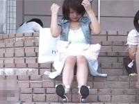 【アダルト動画】ミニスカなのに地べたや階段に座るGALやモデル達のパンチラを対面撮り秘密撮影に成功☆(無料)