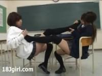 【アダルト動画】(フェチ)何故か靴下の臭いを嗅いでレズビアンプレイに発展していくカワイい今時女子校生カップル(無料)