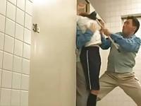 【アダルト動画】(強姦)体育系女子がトイレで清掃員に個室トイレに押し込まれて輪姦強姦(無料)