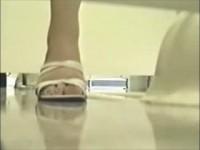 【アダルト動画】モデルの和式トイレでの小便シーンを秘密撮影に成功☆パックリ開いたおまんこからシャーと小便があふれ出るwww(無料)