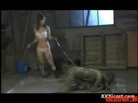 【無料エロ動画】 【アダルト動画】《犯す》レズビアンエスエムレズビアンビアン奴隷は泥だらけにされ鞭で責められる