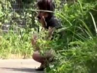 【エロ動画】 【アダルト動画】【無修正隠盗動画】トイレに間に合わず友&#3相互オーラルセックス48;と電話するフリしながら野ションする素人を隠し撮りww