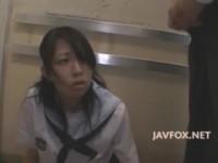 【エロ動画】 【アダルト動画】《犯す》学園からの帰り道で本屋に寄った美今時ギャル学生をストーカーしてエレベーターで犯すさせておしゃぶりさせちゃう