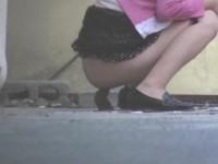 【H動画】 【アダルト動画】トイレまで我慢出&#264相互フェラ;ず野外で小便&大便しちゃう美女&#3相互フェラ48;を盗撮!臭そうなおしっこやうんこが残されてますw