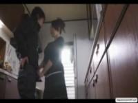 【H動画】 【アダルト動画】《フェチ》若い男のカチカチチ○ポに魅了されたBBAがキッチンでフェチオご奉仕